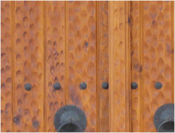 Pintu Jati dengan Finishing Takik Berkesan Antik dan Unik